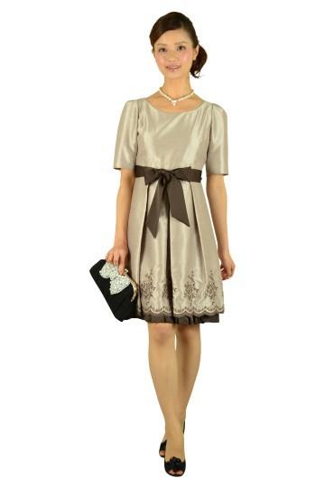5分袖裾刺繍ベージュドレス